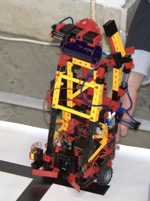 Робот Петя на канате